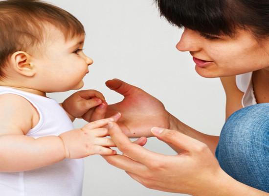 Meses antes de su primera palabra, el cerebro del bebé ensaya el habla