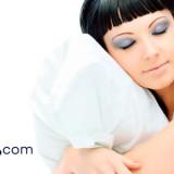 ¿Dormir con maquillaje envejece la piel?
